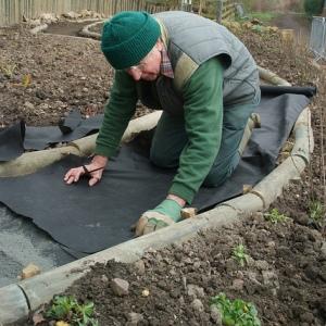 Пленка для мульчирования защитит дорожку от появления сорняков