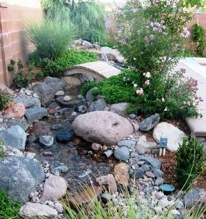 Ручей можно декорировать круглыми камнями