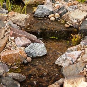 Валуны в русле водоема помогут образовать водовороты