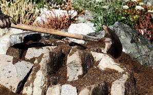 Строительство альпийской горки невозможно без проведения земляных работ