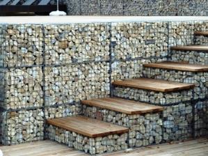 Габионы, заполненные натуральным камнем, пользуются большим успехом