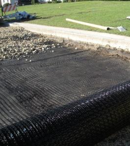 Укладка геосетки при строительстве дороги