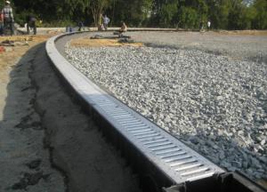 Автодорожные водоотводные лотки располагаются по краям проезжей части.
