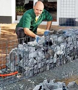 Укладка камней в коробчатые габионы
