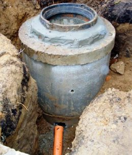 Монтаж бетонного дренажного смотрового колодца