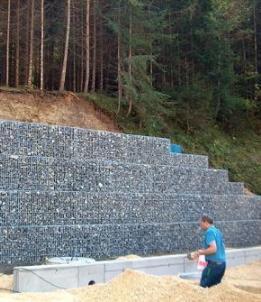 Обустройство подпорной стены с помощью коробчатых габионов