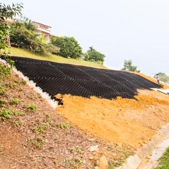 Георешетка защищает склоны от эрозии